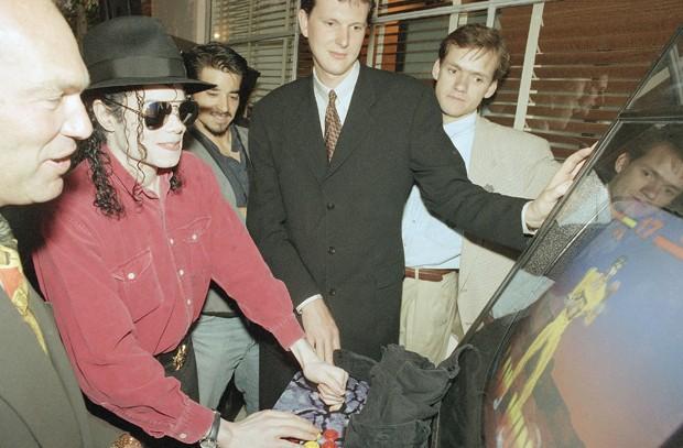 Michael Jackson s'essaye à Tekken sur le stand Sony lors du premier jour de l'événement.